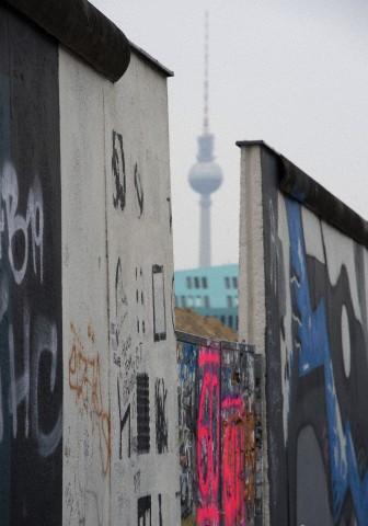 La torre de televisión de Berlín construida en su momento por el régimen comunista de la RDA, es observada a través de un hueco realizado en la East Side Gallery del Muro de Berlín, 9 de marzo de 2013. Foto: © Soeren Stache / dpa / Corbis