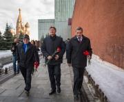 Los miembros de la Expedición 43 caminar a lo largo de la muralla del Kremlin en la Plaza Roja para dejar rosas en el lugar donde los iconos de la cosmonáutica soviética están enterrados como parte de ceremonias tradicionales previas al lanzamiento. Viernes, 06 de marzo 2015, Moscú, Rusia. Créditos: Bill Ingalls / NASA.
