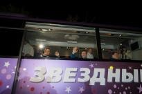 """2 de septiembre de 2015: Los tripulantes de la """"Soyuz TMA-18M"""" se despiden de una multitud antes de abandonar el Hotel del Cosmonauta en Baikonur. Foto: S. Corvaja / Agencia Espacial Europea (ESA)."""