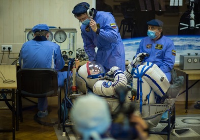 15 de Diciembre de 2015: El Comandante de la Soyuz Yuri Malenchenko en su traje intravehicular Sokol mientras verifican la presión del mismo en el edificio 254 como preparación para su lanzamiento a bordo de la nave espacial Soyuz TMA-19M, Foto: NASA / Joel Kowsky.