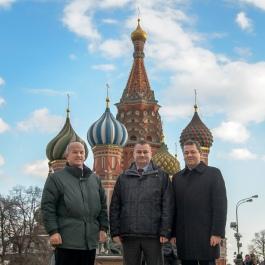 26 de Febrero de 2016: Con la catedral de San Basilio en la Plaza Roja en Moscú como telón de fondo, los tripulantes de la Expedición 47-48 Jeffrey Williams de la NASA (izquierda), Alexéi Ovchinin de Roscosmos (centro) y Oleg Skrípochka también de Roscosmos (derecha), posan para fotos después de poner flores en el Muro del Kremlin, donde están enterrados los iconos espaciales rusos. Foto: NASA / Bill Ingalls.