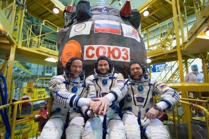 4 de Marzo de 2016: En las instalaciones de montaje del Cosmódromo de Baikonur, en Kazajstán, los miembros de la Expedición 47-48, habiéndose puesto sus trajes Sokol, posan para fotos frente su nave espacial Soyuz TMA-20M durante un ensayo general de ajustes realizado por la tripulación. Foto: NASA / Victor Zelentsov.