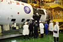 11 de Marzo de 2016: La nave Soyuz TMA-20M (módulo orbital) sujetada por el segmento PkhO, es integrada al escudo térmico. Foto: S.P. Korolev/RSC Energia.
