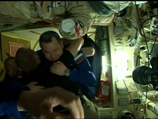 Apertura de la escotilla del módulo Poisk. Foto: NASA TV.