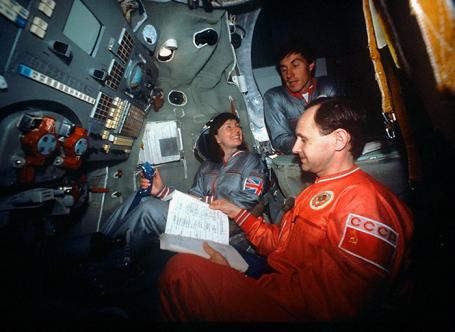 La tripulación de la Soyuz TM-12, en primer plano el Teniente Coronel Anatoli Artsebarsky, la Investigadora británica Helen Sharman y el Ingeniero de vuelo Serguéi Krikaliov, durante su entrenamiento en el simulador de la nave Soyuz TM-12, en el Centro de Entrenamiento de Cosmonautas Gagarin, Unión Soviética. Foto: Alexander Mokletsov / RIA NOVOSTI.
