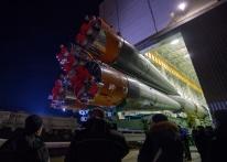 14 de Noviembre de 2016: El cohete con la nave espacial Soyuz MS-03 abandona en tren el edificio de montaje MIK 112, con rumbo a la plataforma de lanzamiento en el Cosmódromo de Baikonur en Kazajstán. Crédito de la imagen: NASA / Bill Ingalls.