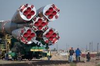 26 de Julio de 2017: El cohete de la nave espacial Soyuz MS-05 abandona el edificio de montaje MIK 112 y es trasladado en tren; rumbo a la plataforma de lanzamiento Gagarin (Sitio №1), en el Cosmódromo de Baikonur en Kazajstán. Foto: Foto: NASA/Joel Kowsky.