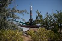 26 de Julio de 2017: El cohete de la nave espacial Soyuz MS-05 luego de ser colocado en posición vertical en la plataforma de lanzamiento Gagarin (Sitio №1), en el Cosmódromo de Baikonur en Kazajstán. Foto: Foto: NASA/Joel Kowsky.