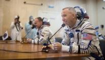 28 de Julio de 2017: El ingeniero de vuelo de la Expedición 52 Randy Bresnik de la NASA habla con sus familiares, amigos en el edificio 254, tras pasar las pruebas de verificación en su traje intravehicular Sokol, previo a su lanzamiento a bordo de la nave espacial Soyuz MS-05 desde el Cosmódromo de Baikonur. Crédito de la imagen: NASA /Joel Kowsky.
