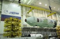 24 de Julio de 2017: La etapa final del cohete Soyuz-FG con nave espacial Soyuz MS-05 en su interior, es trasladada al edificio de montaje MIK 112, para su integración con vehículo de lanzamiento (VL). Foto: S.P. Korolev/RSC Energia.