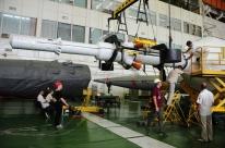 25 de Julio de 2017: La torre de rescate de emergencia (SAS) es preparada para su unión con la etapa principal, previamente integrada a la Tercera Etapa del cohete Soyuz-FG. Foto: S.P. Korolev/RSC Energia.