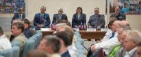 11 de Septiembre de 2017: Los miembros de la tripulación principal y la tripulación de reserva de la Expedición 53 durante la reunión con la Comisión Estatal, celebrada en el Hotel del Cosmonauta en Baikonur, Kazajstán. Crédito de la imagen: NASA / Bill Ingalls.
