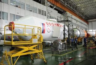 08 de Septiembre de 2017: Completando la integración de la nave con el vehículo de lanzamiento (VL): La etapa principal del cohete Soyuz-FG, con nave espacial Soyuz MS-06 en su interior, es unida al resto del cohete portador Soyuz-FG para luego ser llevado y colocado en la plataforma de lanzamiento. Foto: S.P. Korolev/RSC Energia.